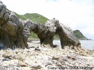 渡名喜島のめがね岩