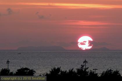 渡名喜島へ沈む夕日を望む