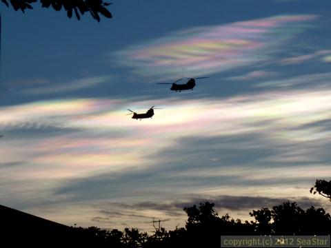 彩雲に大型ヘリのシルエット
